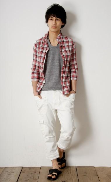 チェックシャツコーデ15. 超定番の赤チェック×デニム×白スニーカー