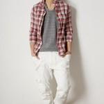 チェックシャツ×白パンツ