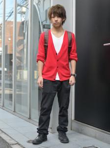 赤カーディガン×黒パンツ