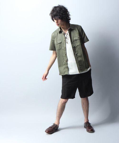 カーキシャツ×黒ハーフパンツ