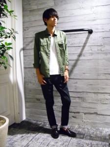 カーキシャツ×黒パンツ