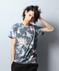 花柄Tシャツ×黒パンツ