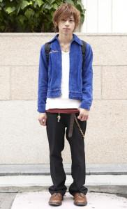 青ブルゾン×黒パンツ