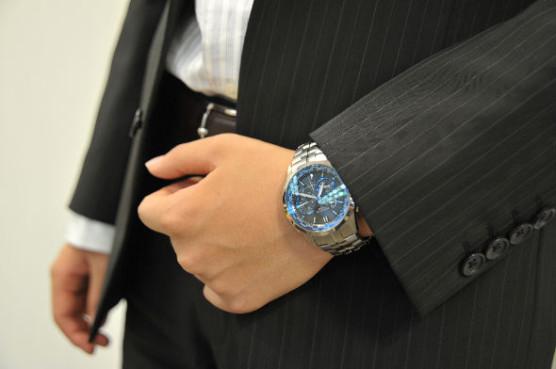 青文字盤の腕時計×スーツ