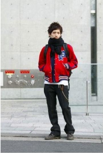 赤ブルゾン×黒パンツ 黒マフラー