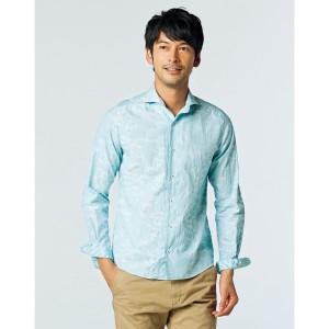 ブルーのシャツ×ベージュのチノパン