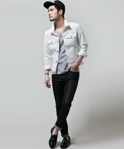 ホワイトGジャン×黒パンツ