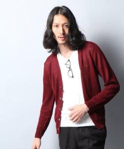 赤のカーディガン×白無地Tシャツ