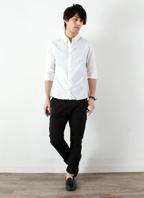 白シャツ×黒パンツ