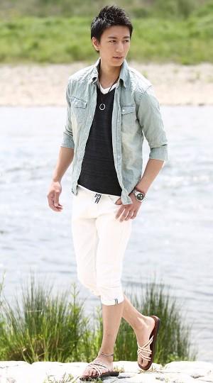 白パンツ×デニムシャツ