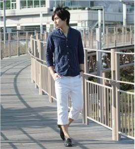 ネイビーのシャツ×白のパンツ