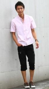 ピンクのシャツ×黒のクロップドパンツ