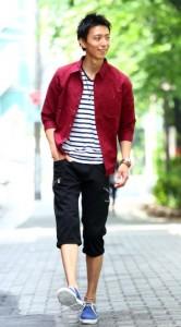 赤のシャツ×黒のクロップドパンツ