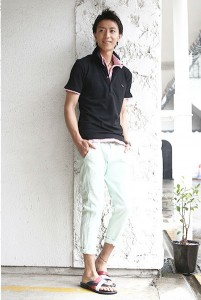黒ポロシャツ×白パンツ