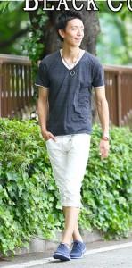 黒Tシャツ×白パンツ