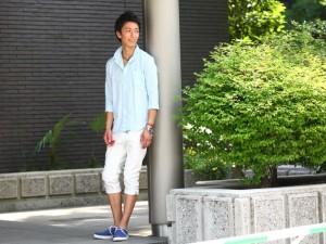 麻シャツ×白パンツ