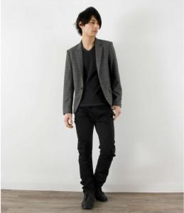 グレーのジャケット×黒のパンツ