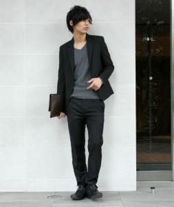 テーラードジャケット×黒パンツ