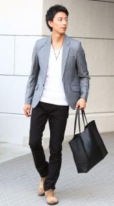 白Tシャツ×黒パンツ