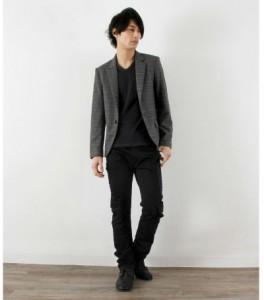 黒Tシャツ×黒パンツ