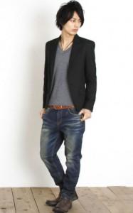 ネイビーのテーラードジャケット×茶色のブーツ