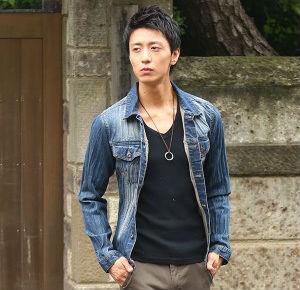 デニムジャケット×黒のTシャツ