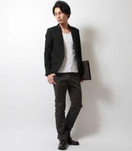 黒のジャケット×黒のパンツ