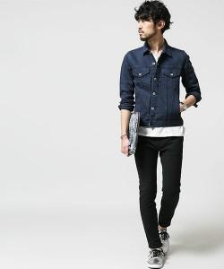 デニムジャケット×黒パンツ