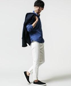 ブルーのシャツ×ローファー