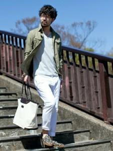 ミリタリーシャツ×白のカーゴパンツ