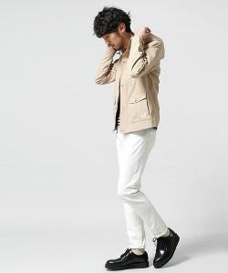 ベージュのジャケット×白パンツ×茶色の革靴