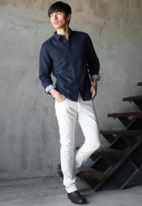 ネイビーのシャツ×白パンツ