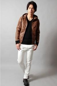 茶色のレザーブルゾン×白パンツ