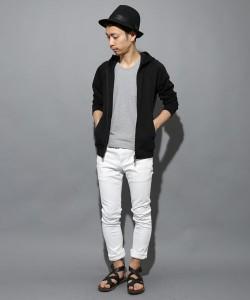 黒パーカー×白パンツ