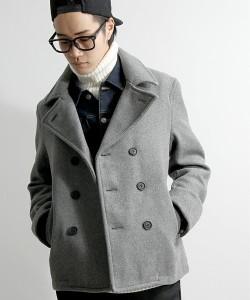ライトグレーのPコート×デニムシャツ