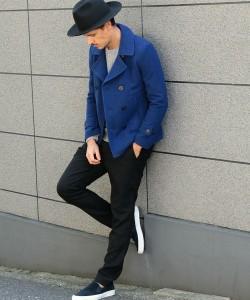 ロイヤルブルーのPコート×黒のチノパン