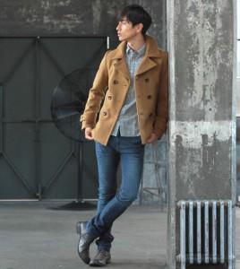 キャメルのPコート×白シャツ×ジーンズ