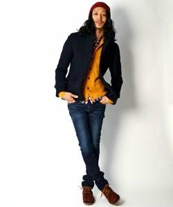 黒のPコート×オレンジのニット