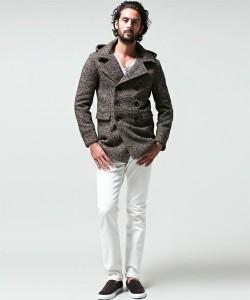 ブラウンの冬アウター×白パンツ