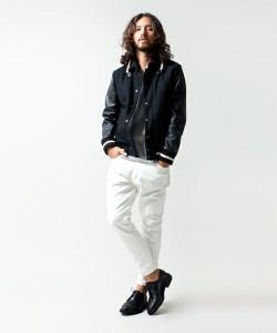 黒のスタジャン×白パンツ