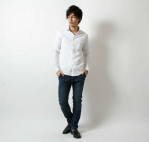 白シャツ×黒のチノパン