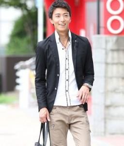 テーラードジャケット×白シャツ