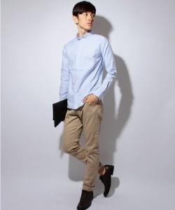 ライトブルーのシャツ×ベージュのチノパン