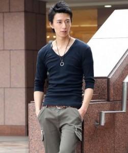 黒のVネックTシャツ×レザーネックレス