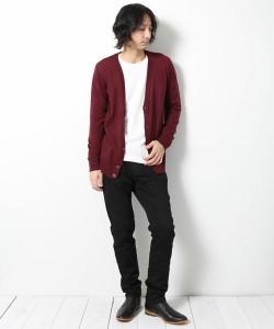 白のUネックTシャツ×黒のシューカットパンツ