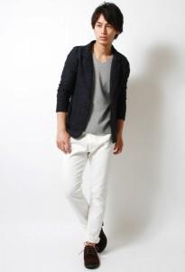 グレーのテーラードジャケット×白パンツ