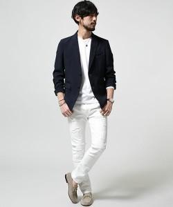 黒のジャケット×白パンツ