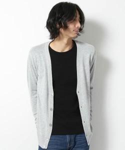 グレーのカーディガン×黒のTシャツ