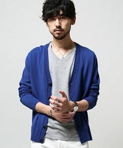 グレーのTシャツ×ブルーのカーディガン