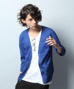 明るいブルーのカーディガン×白Tシャツ
